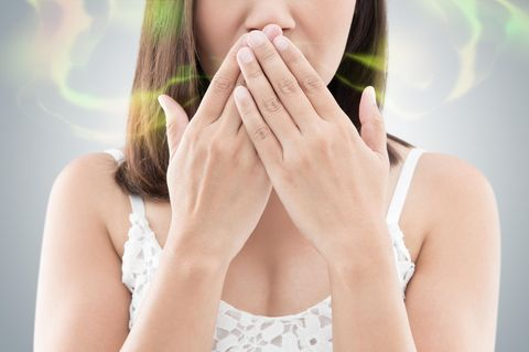 Frau mit Mundgeruch