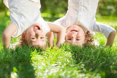 Eigenarten: Kleinkinder im Garten