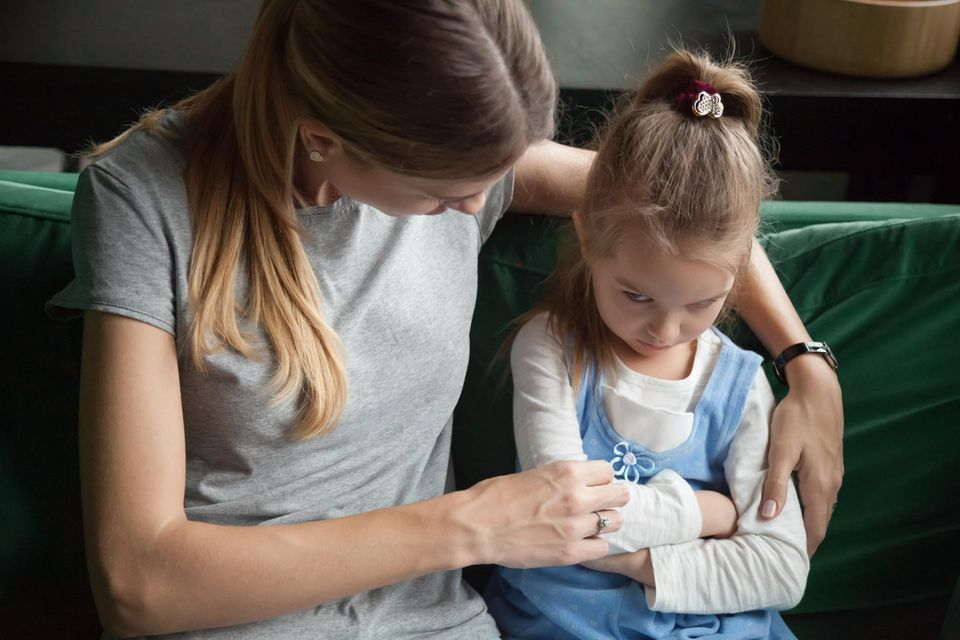Krise im Kindergarten: Mutter tröstet Tochter