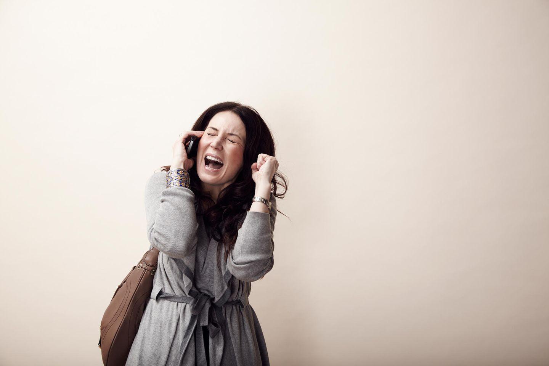 Dampf ablassen: Frau schreit wütend