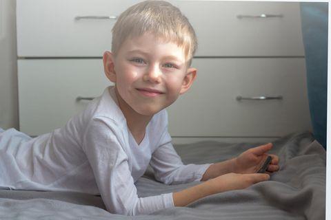 Telefonstreich: Junge mit Handy
