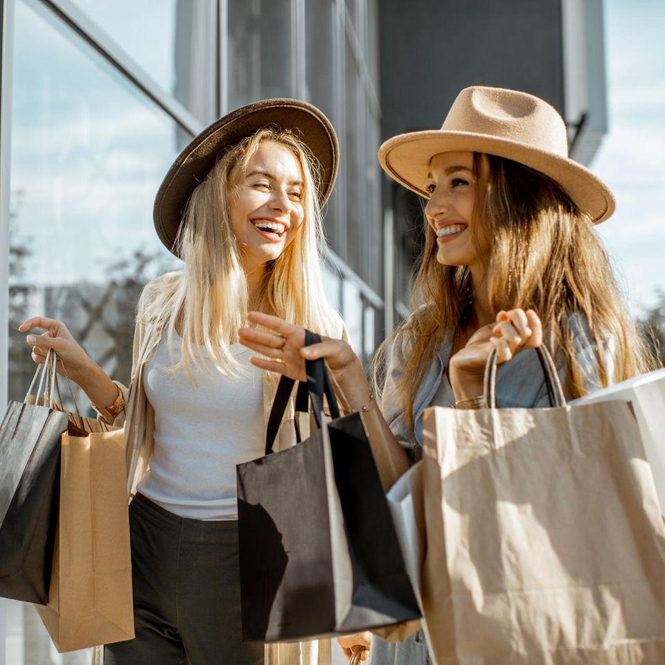 Zwei Freundinnen shoppen Mode