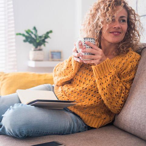 Frauen ab 40: Frau mit Tasse