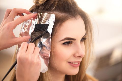 Haarfarbe von Haut entfernen: Frau beim Haare färben