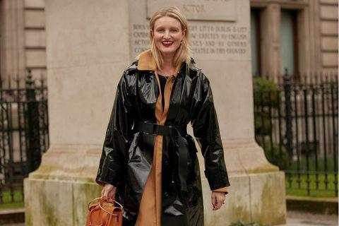Herbstmäntel unter 100 Euro: Frau mit schwarzem Ledermantel