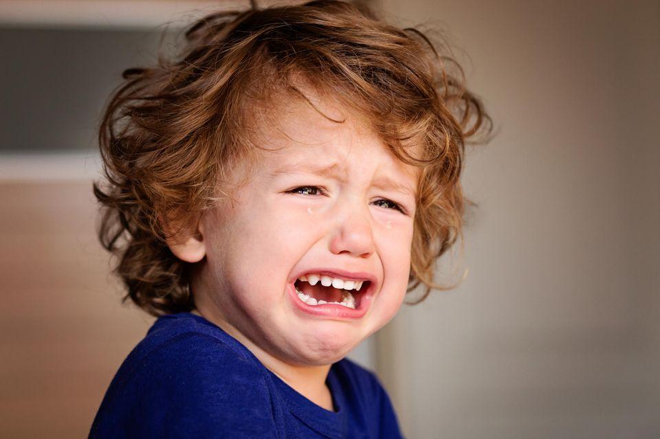 Elternliebe: Weinender Junge