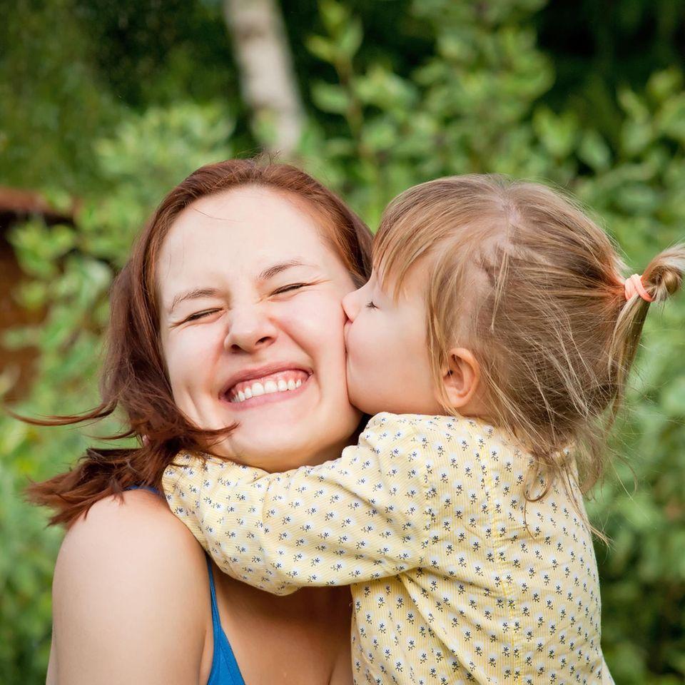 Bildergalerie: Mutter wird von kleiner Tochter geküsst