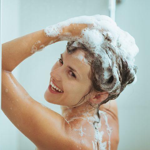 Shampoo ohne Sulfate: Frau benutzt Shampoo.