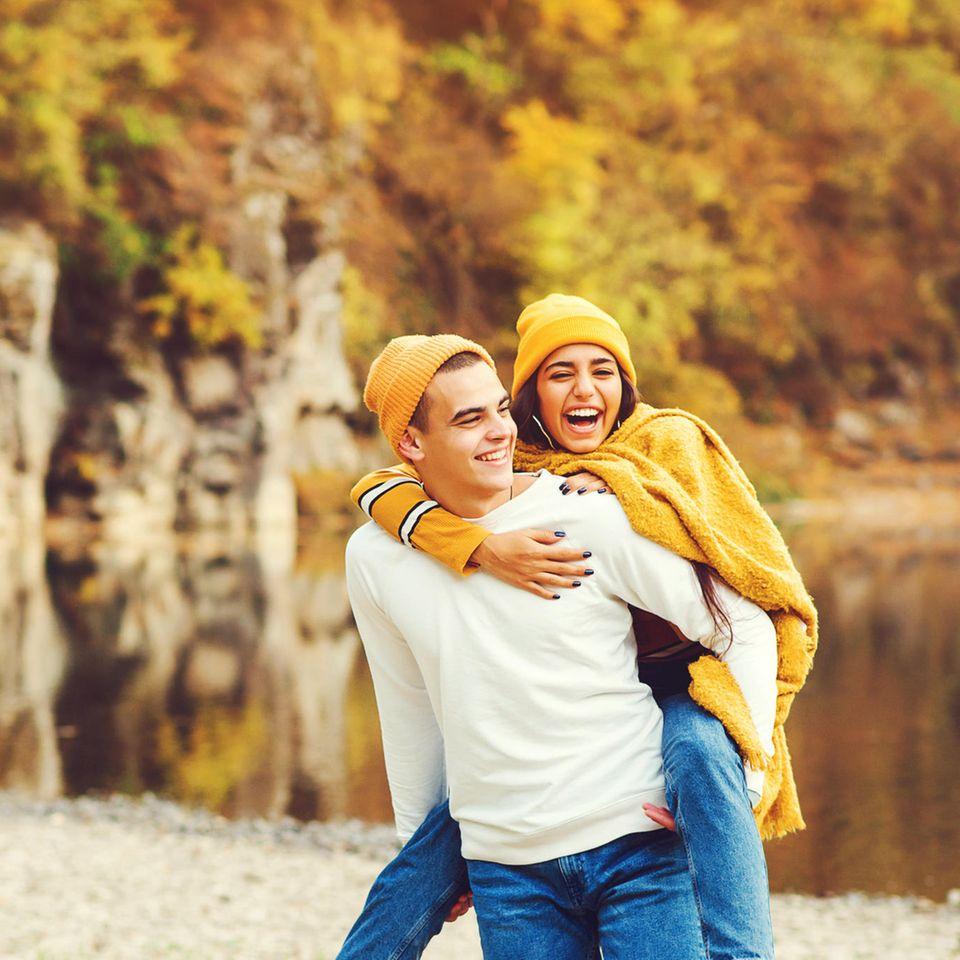 Sliding vs Deciding: Ein junges Paar albert am See rum