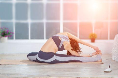 Slip beim Sport: Frau beim Stretching
