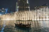 Die Dubai Fountains am Fuße des Burj Khalifa bieten jeden Abend ein optisches und akustisches Spektakel.
