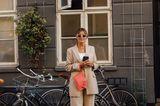 Fashion Week Streetstyles: Frau im beigen Hosenanzug