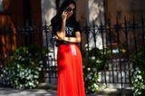 Streetstyle Fashionweek: Roter pliseerock mit schwarzem Shirt