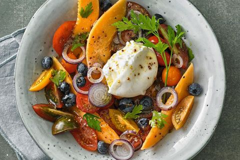 Tomaten-Melonen-Salat mit Heidelbeeren