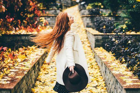 Das Gesundheitshoroskop für dein Sternzeichen: Frau mit Hut