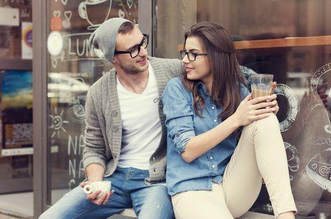 Studie: Ein Mann flirtet mit einer Frau