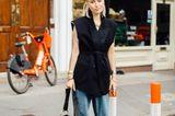 Fashion Week Streetstyles: Frau im Jeanslook mit Weste