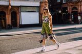 Frau trägt Mustermix kleid im Streetstyle Look