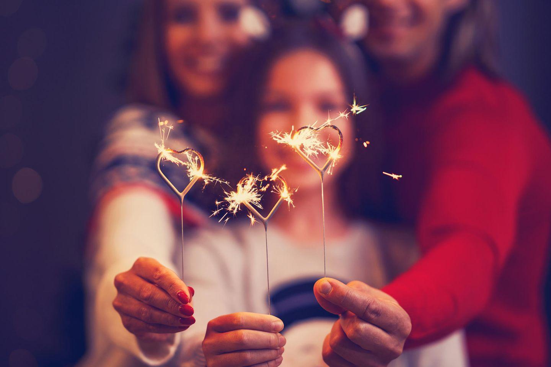 Silvester mit Kindern: Familie hält Wunderkerzen