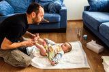 Wer setzt sich durch?: Vater wechselt Windel