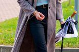 Beim Besuch der Derby Universität setzt Herzogin Kate auf den perfekten Herbstlook. Zur schmalen schwarzen Hose trägt die royal einen leichten Kaschmir-Pullover in Nebelgrün und einen Mantel in Midilänge im angesagten Karomuster. Und das Beste? Pullover und Mantel sind vom Streetstyle-Label Massimo Dutti und damit durchaus erschwinglich ...