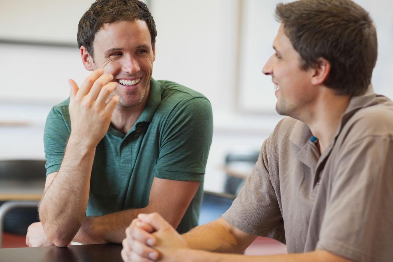 Ein junger Vater erzählt: Zwei Männer treffen sich und reden miteinander