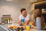 Ein junger Vater erzählt: Paar spricht miteinander