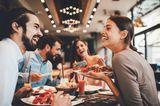 Ein junger Vater erzählt: Freunde essen zusammen
