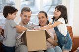 Finanzen: Familie packt Paket aus