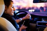 Finanzen: Frau beim Autofahren