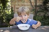 Finanzen: Junge isst Müsli