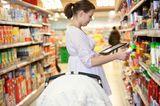 Finanzen: Mutter mit Tablet beim Einkauf