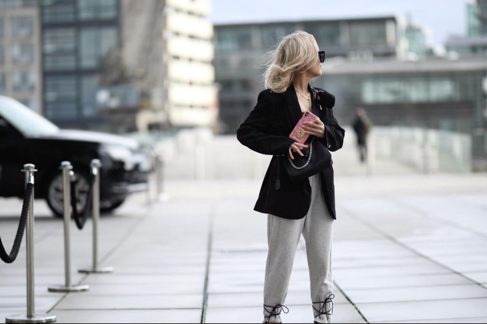 3 Jeans-Alternativen für den Winter: Frau in Jogginghose