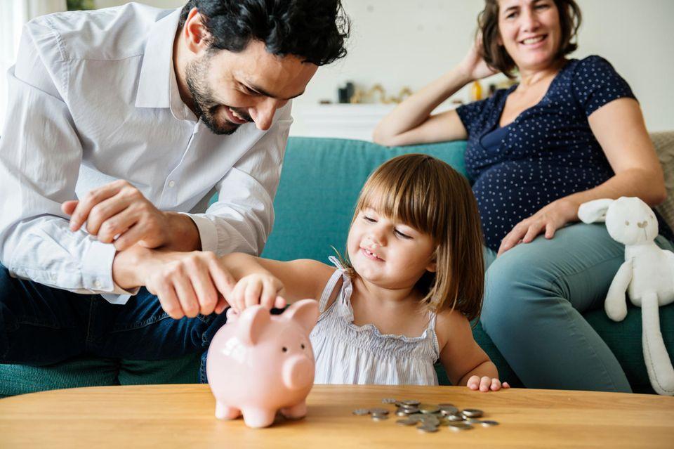 Finanzen: Familie mit Sparschwein