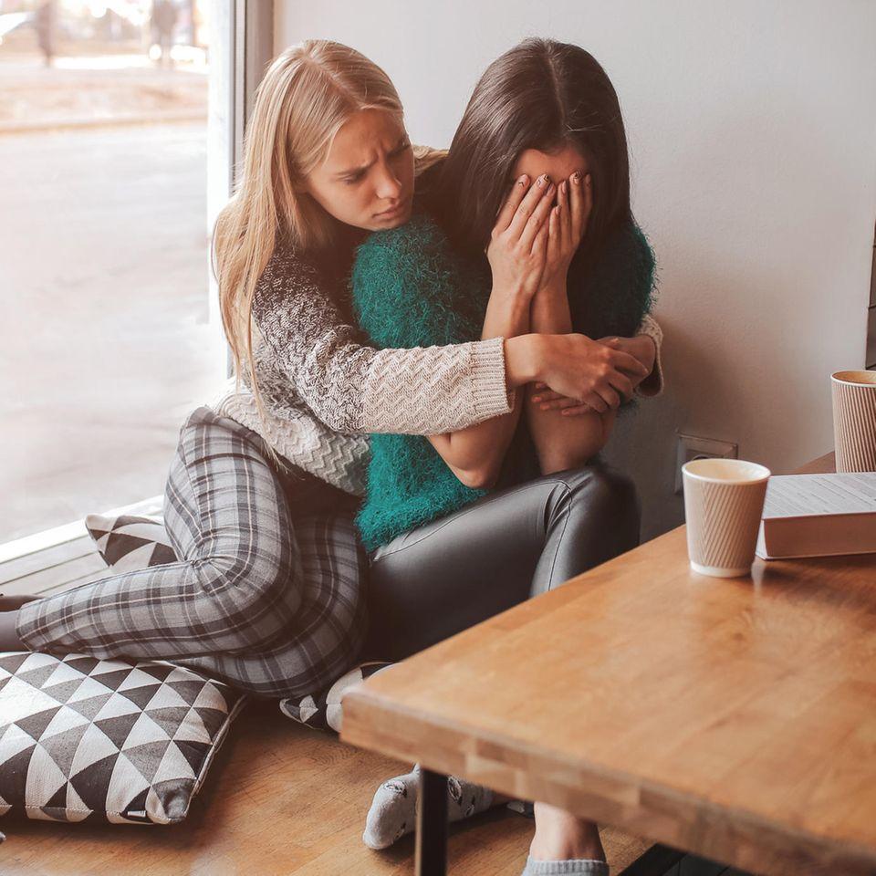 Beziehung beenden: Weinende Frau wird von Freundin getröstet