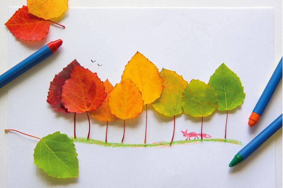 Herbstbasteln mit Kindern: Bild aus Blättern