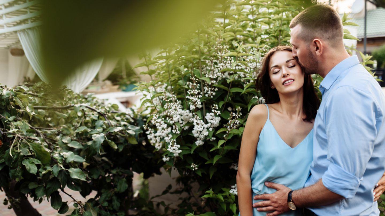 Sex im Garten: 8 Tipps für das Stelldichein im Freien