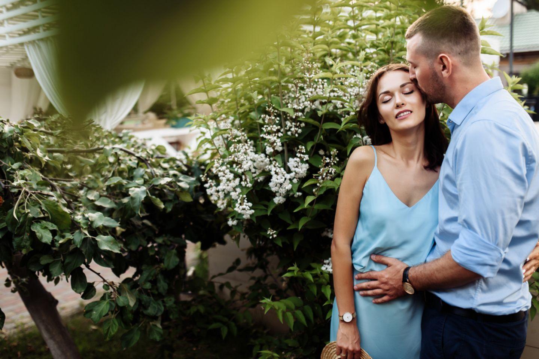 Sex im Garten: Paar küsst sich im Garten