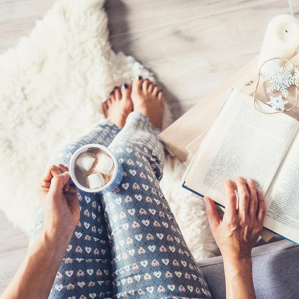 Libidoverlust bei Frauen: Eine Frau mit einer Tasse heiße Schokolade