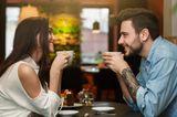 Ein Pärchen flirtet im Café