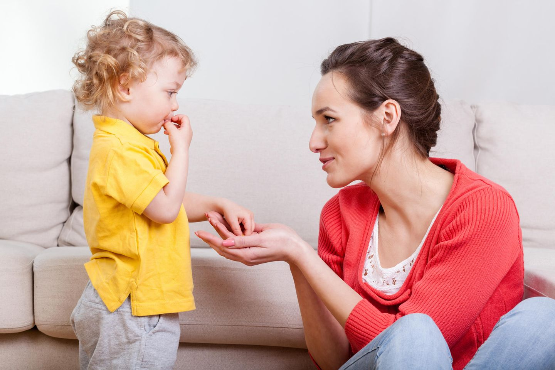 Kinderbetreuung: Junge Frau mit Kind
