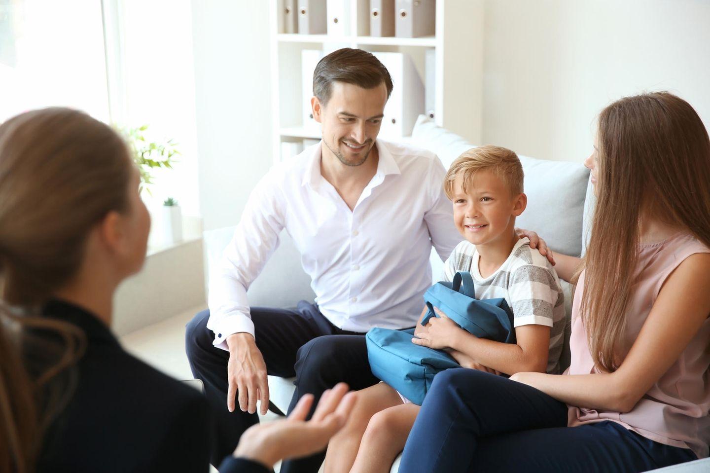 Kinderbetreuung: Gespräch Eltern und Betreuerin