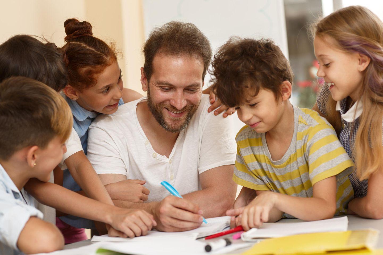 Kinderbetreuung: Erzieher mit Kindern