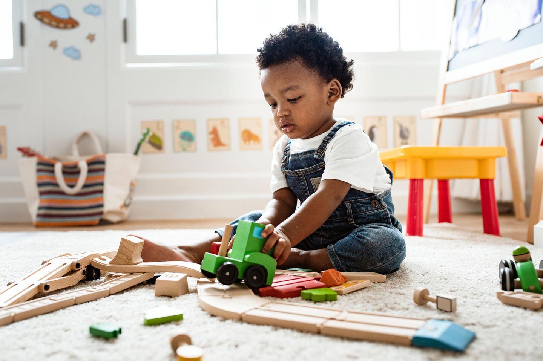 Kinderbetreuung: Junge spielt allein