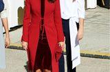 Zur nationalen Militär-Parade in Madrid setztKönigin Letizia auf einen besonders edlen Zwirn. Unter einem knallroten Mantel trät die schöne Monarchin ein dunkelrotes Samtkleid, das ihrezierliche Figur perfekt in Szene setzt. Passende Lackpumps runden diesen stilsicheren Look ab.