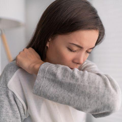Verschleimte Bronchien: Frau beim Husten