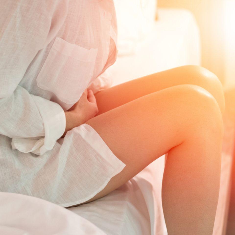 Hausmittel gegen Durchfall: Frau mit schmerzendem Bauch