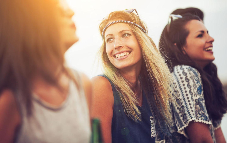 Drei Freundinnen auf einem Hippie-Festival