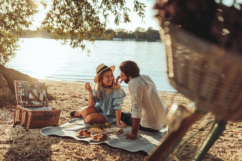 Ein Pärchen beim Picknick am See