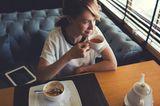 Eine Frau sitzt im Kaffee